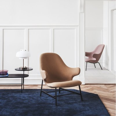 Catch lounge chair met the moor rug &Tradition